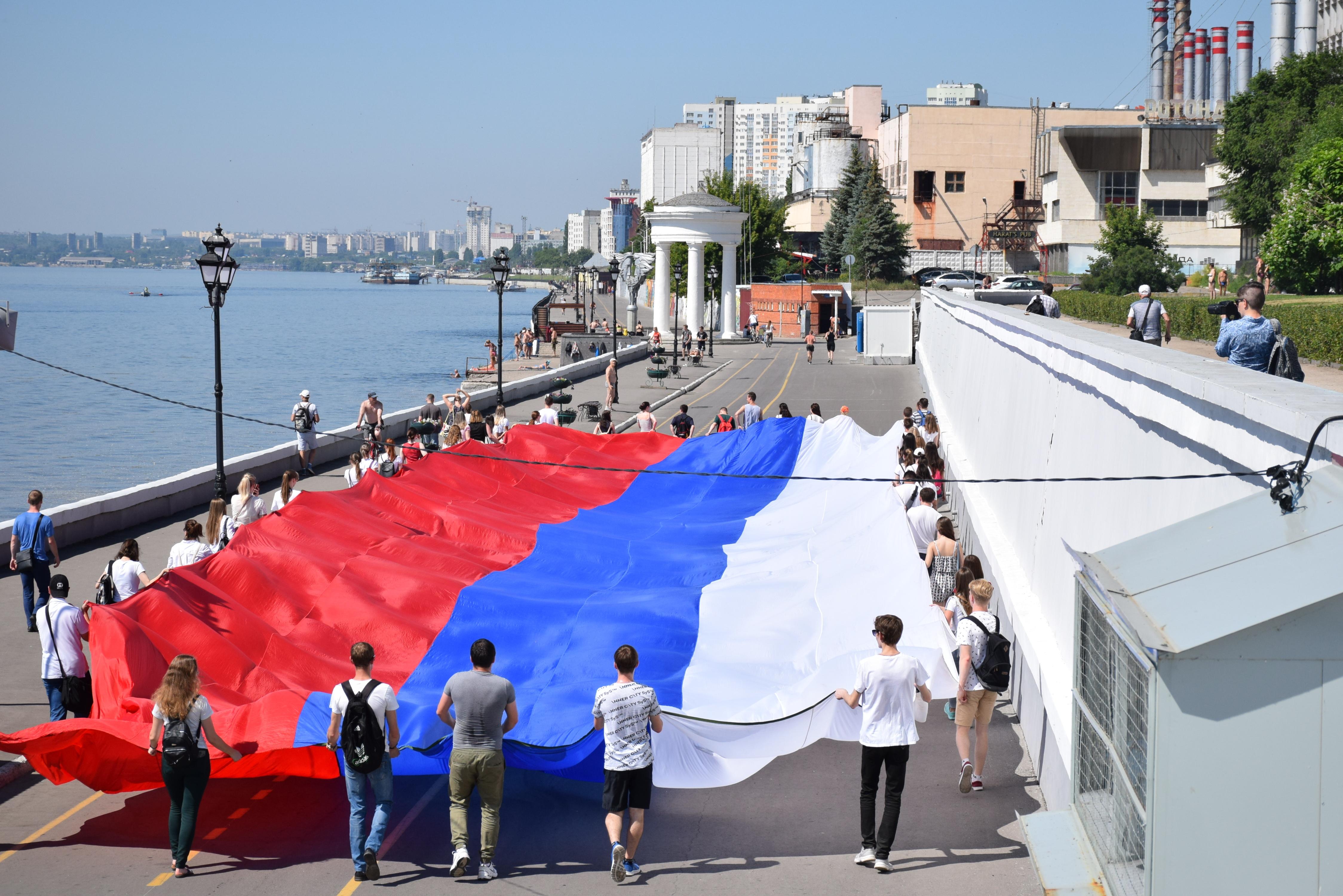 Саратовцы устроили на Набережной красочный флешмоб
