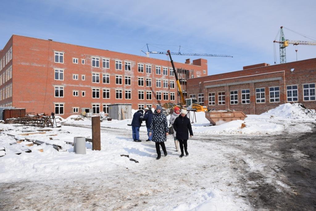 Глава города Михаил Исаев побывал на местах строительства школы и жилого дома в Заводском районе