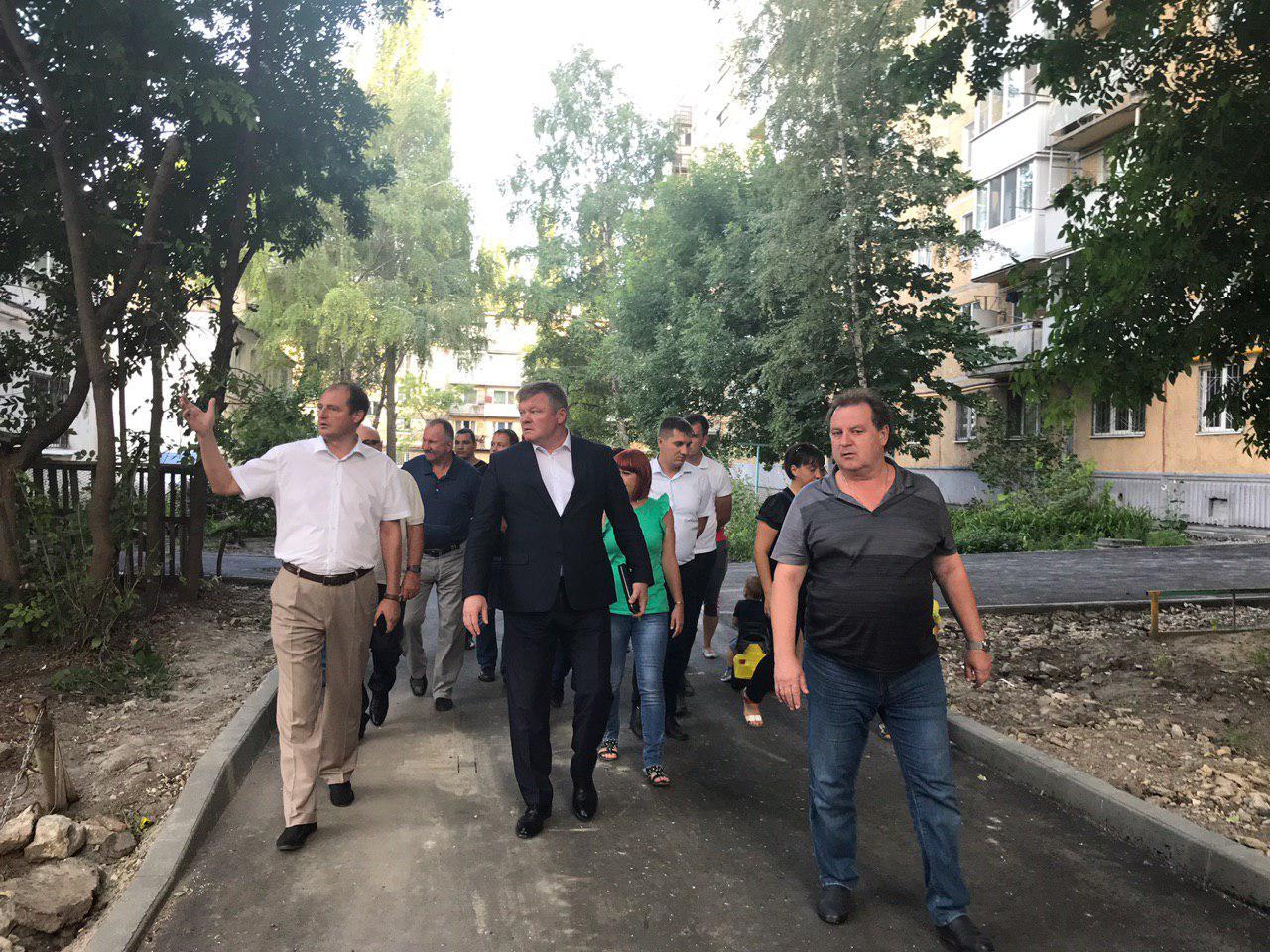 Михаил Исаев осмотрел ремонтируемый в рамках нацпроекта двор Заводского района