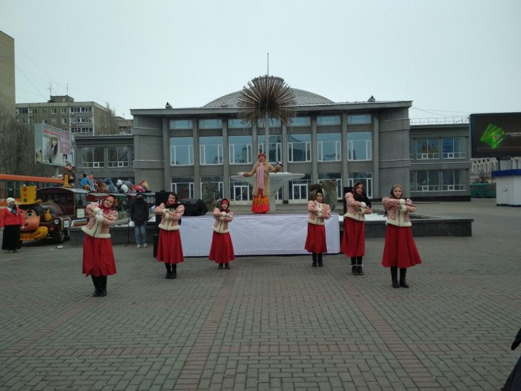 На площади им. Кирова С.М. проходит праздничное мероприятие, посвященное 5-летию воссоединения Крыма с Россией