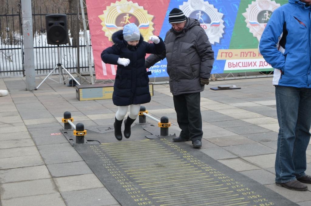 На пл. им. Чернышевского организована акция «Приведи ребенка в спорт»