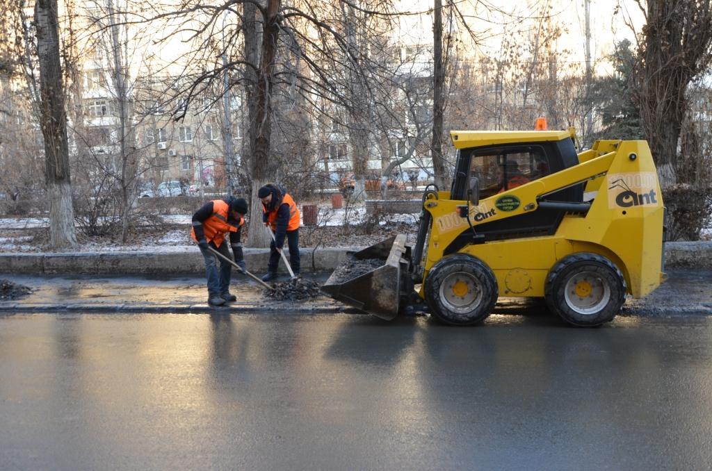Пешеходные зоны и тротуары Саратова очищают ото льда