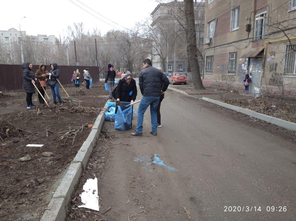 Несколько сотен человек вышли на субботник в Заводском районе