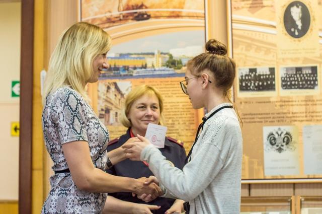 В Октябрьском районе города Саратова юным гражданам торжественно вручили паспорта РФ