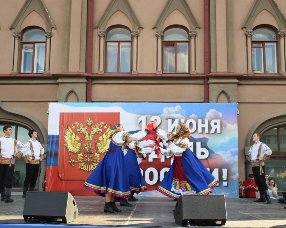 Проходят праздничные концертные программы, посвященные Дню России