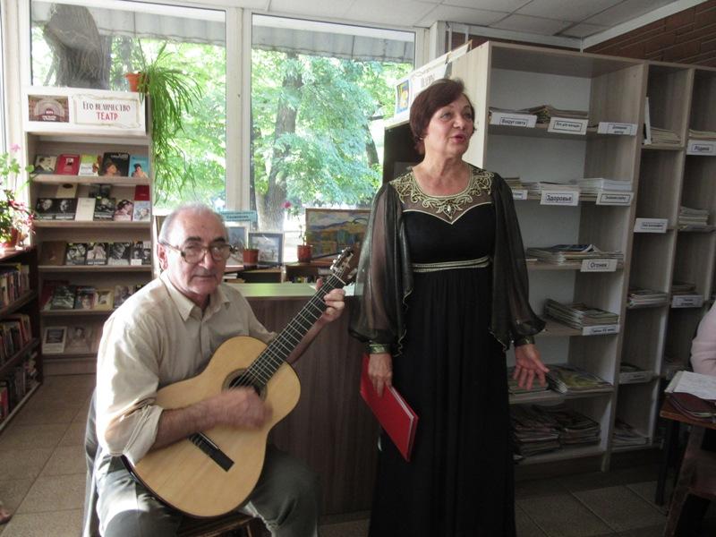 В читальном зале сада Липки состоялся литературно-музыкальный вечер-позитив «Закружилась в небе осень»