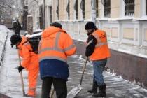 Продолжается очистка дворовых территорий и крыш домов от снега и наледи