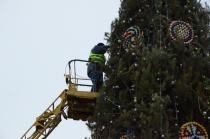 На Театральной площади приступили к демонтажу главной елки города