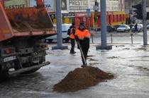 Продолжается уборка дорожного полотна и тротуаров