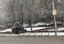 Не дожидаясь окончания снегопада, коммунальные службы приступили к очистке улиц